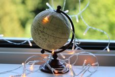 Free White And Black Desk Globe With White String Lights Stock Photo - 126191660