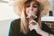 Free Woman Wearing Brown Sun Hat Smelling White Flowers Royalty Free Stock Images - 126191729