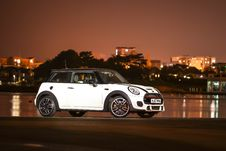 Free White And Black Mini Cooper Royalty Free Stock Photography - 126192947