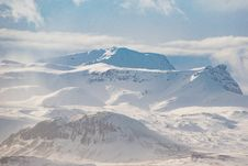 Free Snow Covered Mountain Ranges Under The White Skies Royalty Free Stock Images - 126194069