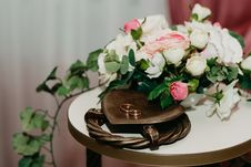 Free Two Gold Rings Near White And Pink Flowers Royalty Free Stock Photo - 126195085