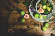 Free Sliced Guava Fruits On Table Stock Photography - 126195482