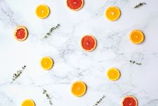 Free Flatlay Photography Of Sliced Citrus Fruits On Marble Surface Royalty Free Stock Photos - 126195528