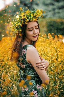 Free Woman Wearing Green And Pink Floral Sleeveless Dress With Yellow Flower Headdress Royalty Free Stock Photo - 126195845