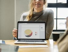 Free Woman Showing Presentation Pie Chart Royalty Free Stock Photos - 126245828