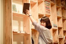 Free Woman Standing Beside Book Shelf Royalty Free Stock Photography - 126245927