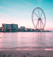 Free Ferris Wheel Near Body Of Water And High Rise Building Stock Photo - 126246160