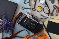 Free Black And Gray Camera Near Brass-colored Keys Royalty Free Stock Images - 126246469