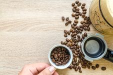 Free Person Holding Coffee Cup With Coffee Beans Near Coffee Press Stock Photos - 126404453