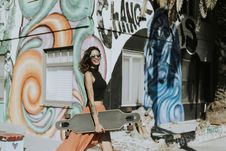 Free Woman Holding A Longboard While Smiling Royalty Free Stock Photos - 126404988