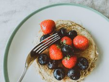 Free Strawberries And Blueberries On White Plate Royalty Free Stock Photos - 126543828