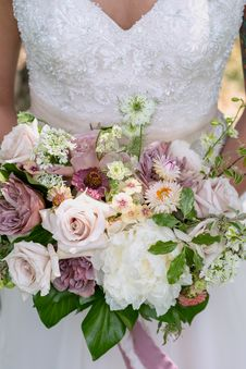 Free Woman Holding Bouquet Of Flowers Royalty Free Stock Photo - 126727855