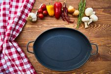 Free Cast Iron Skillet On Table With Species Stock Photos - 127260023