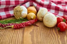 Free Onions, Garlic And Tomatoes Close-up Photo Stock Photos - 127260083