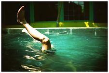 Free Person Swimming On Pool With Feet In The Air Royalty Free Stock Photos - 127260718