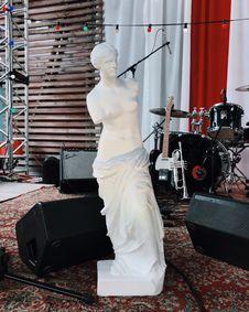 Free Venus De Milo Statue Beside Musical Instruments Royalty Free Stock Photo - 127552115