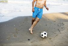 Free Man Playing Soccer At The Beach Royalty Free Stock Images - 128018539