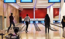 Free Men And Women Playing Bowling Royalty Free Stock Images - 128037379