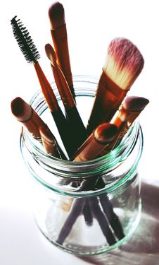 Free Brown Makeup Brushes In Clear Glass Mason Jar Royalty Free Stock Images - 128400019