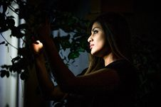 Free Low-light Photo Of Woman Holding Light Royalty Free Stock Photos - 128405138