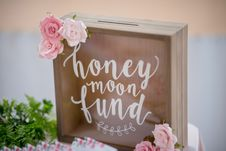 Free Honey Moon Fund Board With Pink Roses Party Favor Royalty Free Stock Photo - 128687235