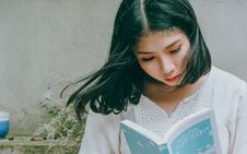 Free Close-Up Photo Of Woman Reading Book Stock Photo - 128701450