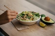 Free Vegetable Salad With Avocado And Lime In White Bowl Stock Photo - 129030230