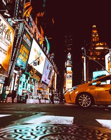 Free Yellow Taxi In The Middle Of New York Times Square Royalty Free Stock Image - 129056416