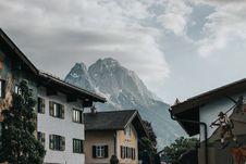 Free Houses Near Mountain Royalty Free Stock Image - 129227456