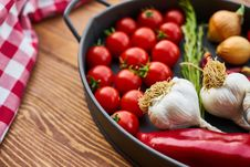 Free Red Tomatoes And Garlics In Cooking Pot Royalty Free Stock Photos - 129227528