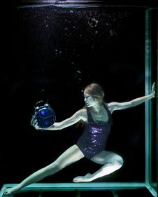 Free Woman In Underwater Holding Round Blue Analog Bell Alarm Clock Royalty Free Stock Photos - 129227838