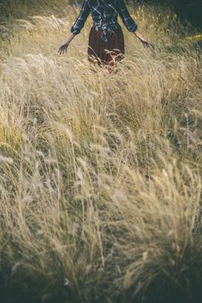 Free Woman Standing In Grass Field Royalty Free Stock Photos - 129229468