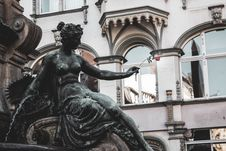 Free Red Rose Placed On Female Water Fountain Statue S Hand Royalty Free Stock Photos - 129251618