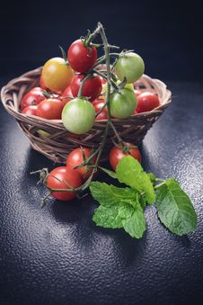 Free Photo Of Tomatoes On Woven Basket Stock Photography - 129414912