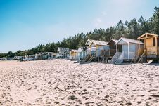 Free White Wooden Cottages By The Sea Under Clear Sky Royalty Free Stock Photo - 129415055