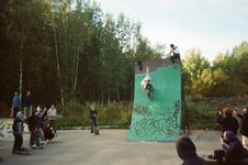 Free People Watching Person Skating On Green Ramp Royalty Free Stock Photos - 129415238