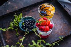 Free Strawberries, Blackberries, And Sliced Fruits Stock Photos - 129415463