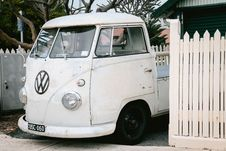 Free White Volkswagen Vehicle On Parking Lot Near White Wooden Picket Fence Royalty Free Stock Photography - 129686487
