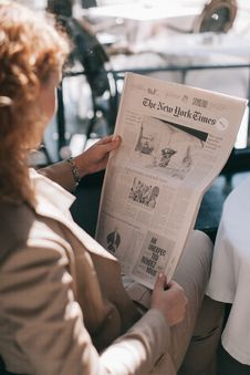 Free Woman Holding The New York Times Newspaper Royalty Free Stock Image - 129686876