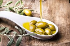 Free Olives In White Scoop Royalty Free Stock Image - 129786646