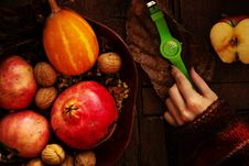 Free Person Touching Green Analog Watch Between Sliced Apple And Fruit Basket Stock Images - 130492444