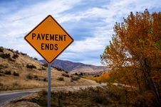 Free Pavement Ends Road Signage Stock Photo - 130575660