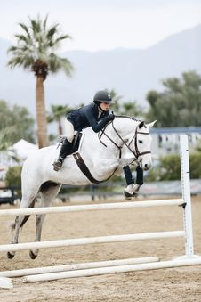 Free Woman Doing Show Jumping Royalty Free Stock Photos - 130644928