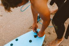 Free Man Touching Surfboard Royalty Free Stock Images - 130706879