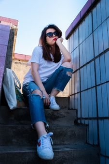 Free Woman Sitting On Stairs Beside Tote Bag Royalty Free Stock Photo - 130895775
