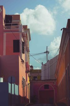Free Empty Alley In The Middle Of Buildings Royalty Free Stock Image - 131017406