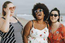 Free Three Women Laughing Royalty Free Stock Image - 131518576