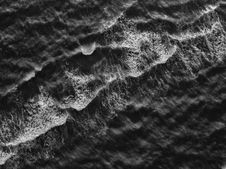 Free White And Black Sea Waves Stock Photography - 131518982