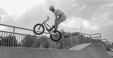 Free Man Performing Bmx Bike Tricks On Ramp Stock Photo - 131613260