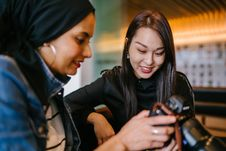 Free Woman Looking To Woman Holding Dslr Camera Royalty Free Stock Photo - 131613295